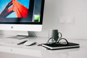 מחשב עם משקפיים ומחברת