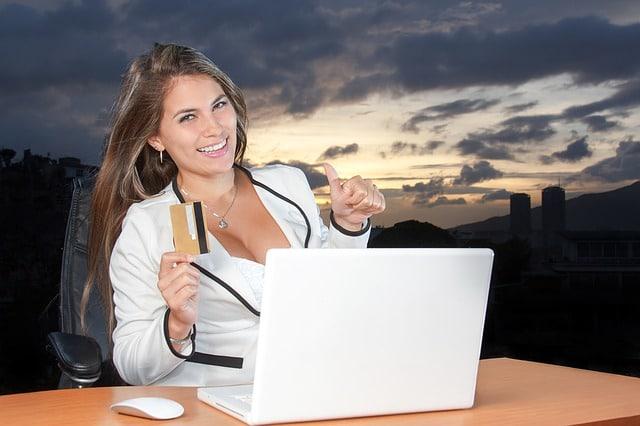 אישה עם מחשב